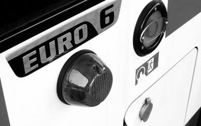 """Foto em preto e branco mostra ônibus com a placa """"Euro 6"""", a mais recente, limpa e efetiva tecnologia para veículos visando uma menor poluição do ar"""