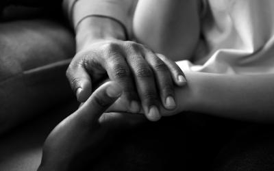 Foto em preto e branco de homem segurando a mão de menina