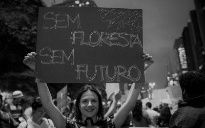 Junto com o mundo, o Brasil foi às ruas para defender o planeta, nossa casa comum. A Greve Global pelo Clima, uma mobilização mundial puxada pelas mãos da juventude, que exige medidas concretas para frear as emissões de gás carbônico e combater o aquecimento global, levou  mais de  4  milhões  de  pessoas  a  manifestações  pelo  mundo,  em  163  países.  No  Brasil, pelo menos 65 cidades participaram e pediram pela defesa da Amazônia e por justiça climática.   O Greenpeace Brasil, como parte da Coalizão pelo Clima, uma das organizadoras da mobilização em São Paulo, foi às ruas em apoio aos jovens. Com irreverência e humor, ironizamos o desmonte das  políticas  ambientais  do  governo  atual  mostrando  os  agentes  e  os  discursos  que  buscam desvirtuar fatos reais e desqualificar a ciência.