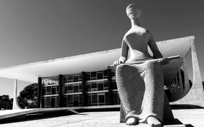 Foto em preto e branco mostra prédio do STF, representando ação sobre porte de armas por agentes socioeducativos