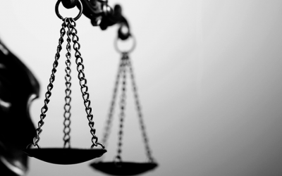 Foto em preto e branco mostra balança da justiça