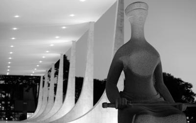 Foto em preto e branco mostra fachada do STF