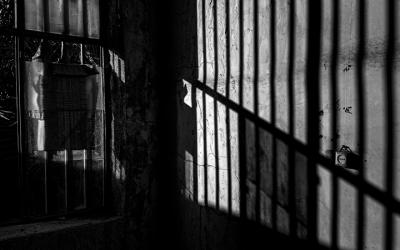 Foto em preto e branco mostra grades. Representa o julgamento da ação que visava a inconstitucionalidade do porte de armas para agentes socioeducativos